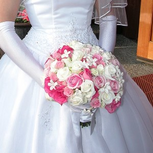 Bridal_bouquet_white_pink_rose_stephanotis